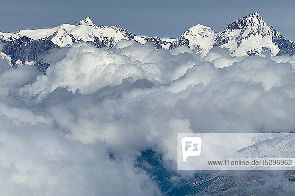 Wolkenschicht nahe der Bergspitze  Saas-Fee  Wallis  Schweiz