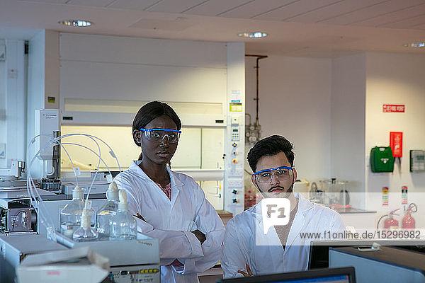 Junge Wissenschaftlerinnen und Wissenschaftler im Labor  Porträt