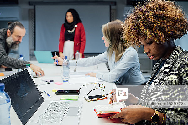 Geschäftspartner bei Brainstorming-Sitzung im Amt