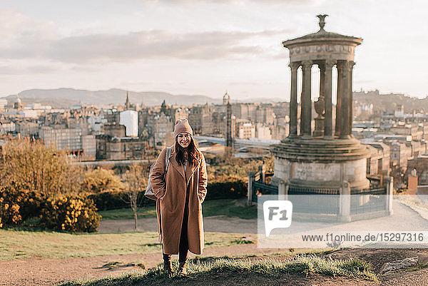 Porträt einer Frau in der Nähe eines historischen Denkmals  Calton Hill  Edinburgh  Schottland