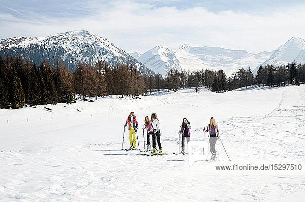 Fünf jugendliche Skifahrerinnen in verschneiter Landschaft  Tirol  Steiermark  Österreich