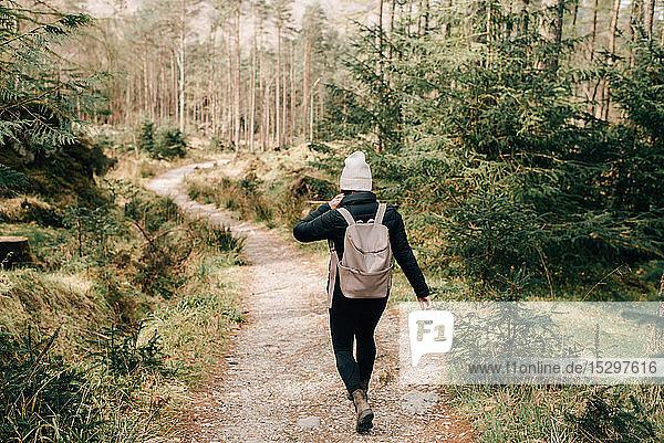 Frau auf Waldspaziergang  Trossachs-Nationalpark  Kanada