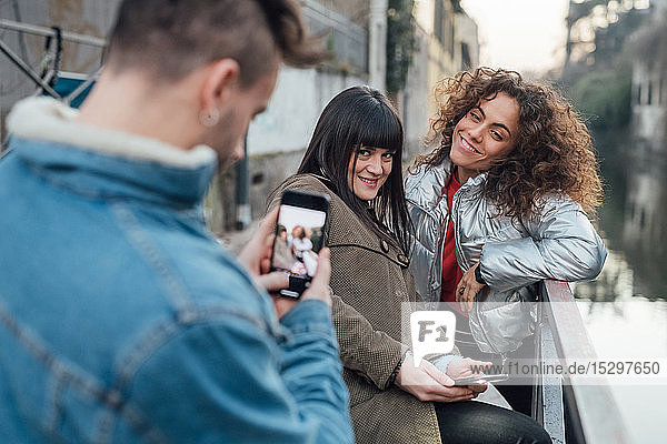 Freunde fotografieren am Fluss  Mailand  Lombardei  Italien