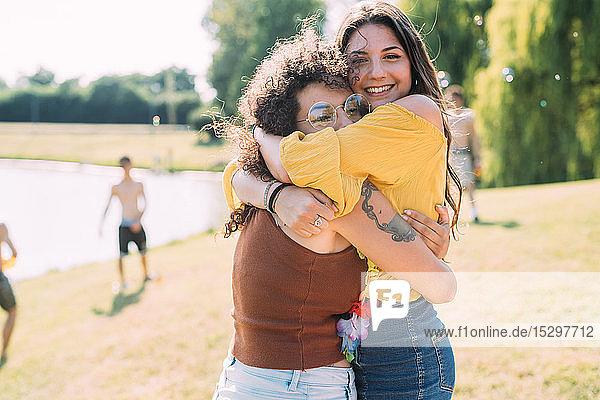 Freunde umarmen sich im Park