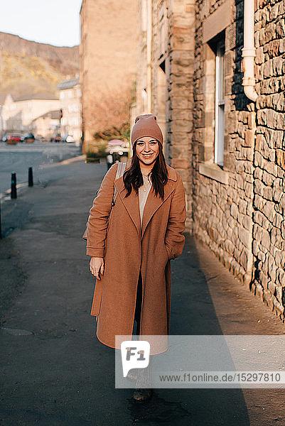 Porträt einer Frau auf der Straße  Edinburgh  Schottland