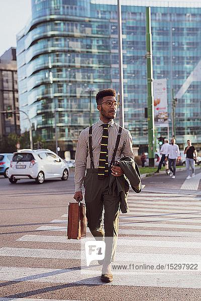 Geschäftsmann auf einem Fußgängerüberweg  Mailand  Lombardei  Italien