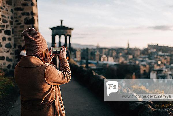 Frau fotografiert von Calton Hill  Edinburgh  Schottland