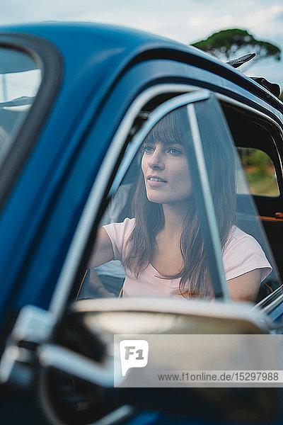 Frau hinter dem Lenkrad