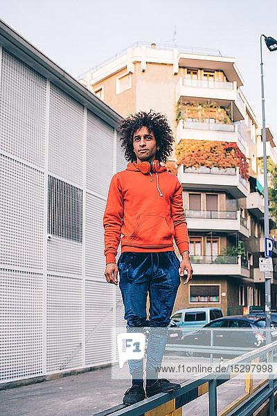 Junger Mann erkundet Stadt  Mailand  Lombardei  Italien