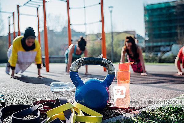 Calisthenics-Kurs im Freiluft-Gymnastikraum  junge Frauen üben die Yogastellung  flacher Schwerpunkt