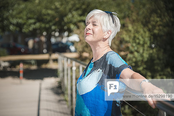 Ältere Frau genießt Sonnenlicht