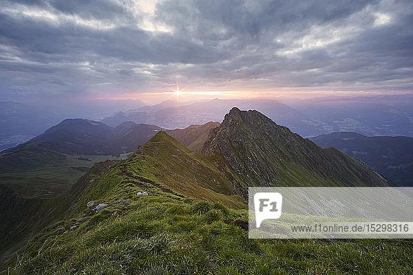 Österreich  Tirol  Inntal  Kellerjoch bei Sonnenaufgang  Wanderer auf Berggipfel