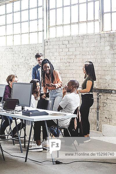 Team von glücklichen Computer-Hackern  die im Kreativbüro zusammenarbeiten