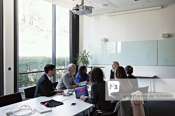 Geschäftsleute diskutieren während der Sitzung am Konferenztisch im Sitzungssaal