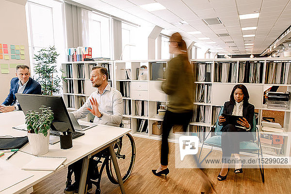 Im Büro arbeitende Vertriebsfachleute