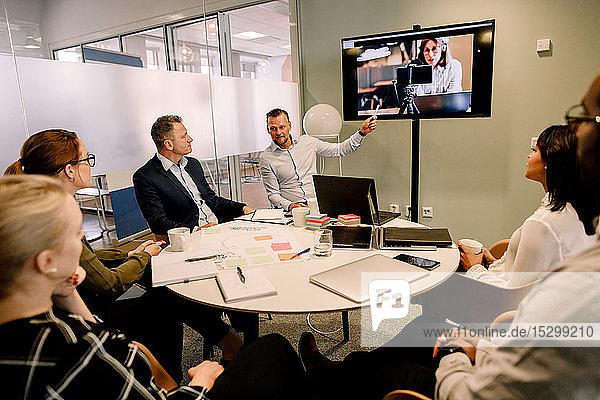 Geschäftsleute bei Videokonferenz-Sitzung im Sitzungssaal