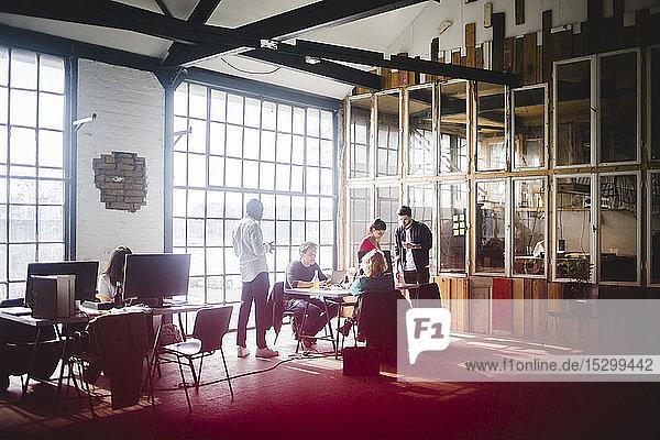 Geschäftskollegen planen Strategien für neue IT-Projekte am Arbeitsplatz