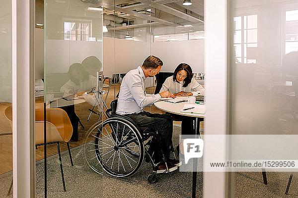 Seriöse Managerin und behinderte Geschäftsfrau arbeitet im Sitzungssaal
