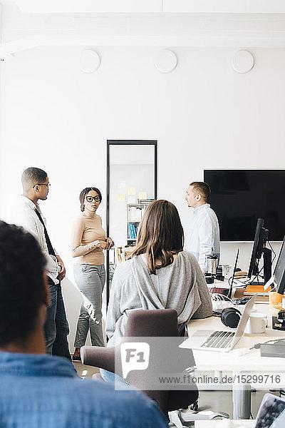 Computer-Hacker diskutieren im Kreativbüro
