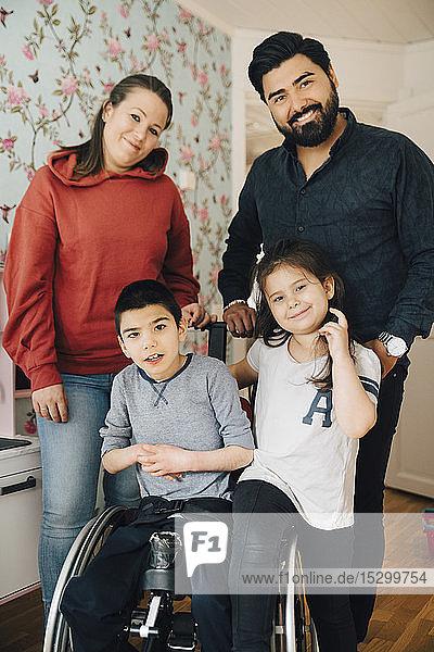 Porträt von lächelnden Eltern mit Kindern zu Hause