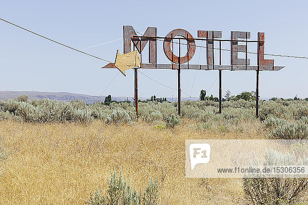 Oldtimer-Motelschild mit trockenem Buschland im Vordergrund  Whitman County  Palouse  Washington  USA.