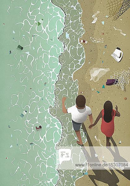 Ehepaar spaziert am verschmutzten Strand