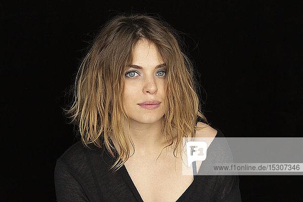 Porträt selbstbewusste  schöne junge Frau