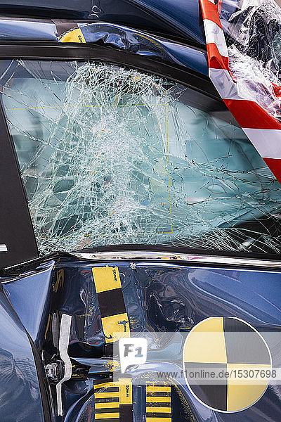 Eingeschlagene Scheibe eines Crashtestwagens