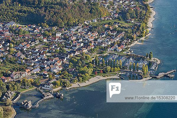 Deutschland  Baden-Württemberg  Luftaufnahme von Stelzenhäusern und Stadt am Bodensee