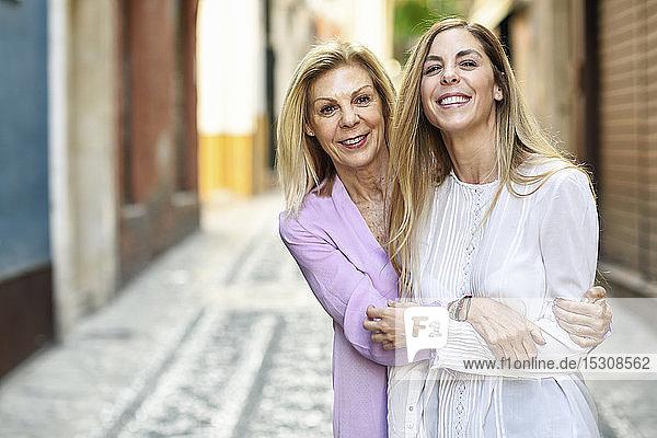 Glückliche reife Frau mit ihrer Tochter in der Stadt