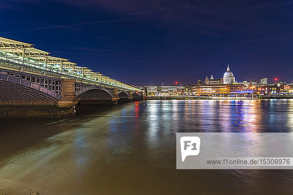 Skyline der Londoner Stadt mit Blackfriars Bridge  London  UK