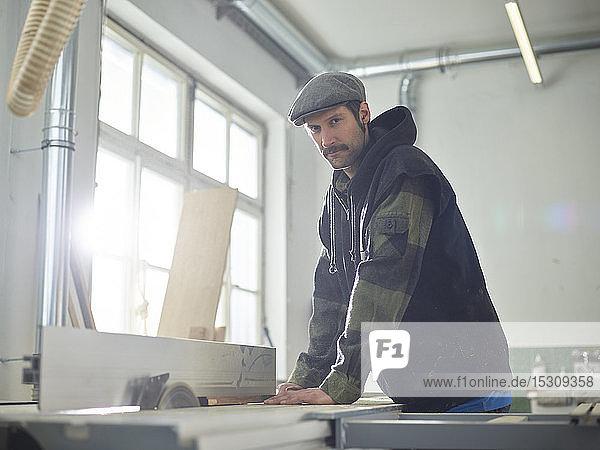 Zimmermann sägt Holz mit einer Kreissäge