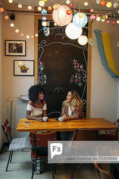 Multikulturelle Frauen unterhalten sich in einem Cafe