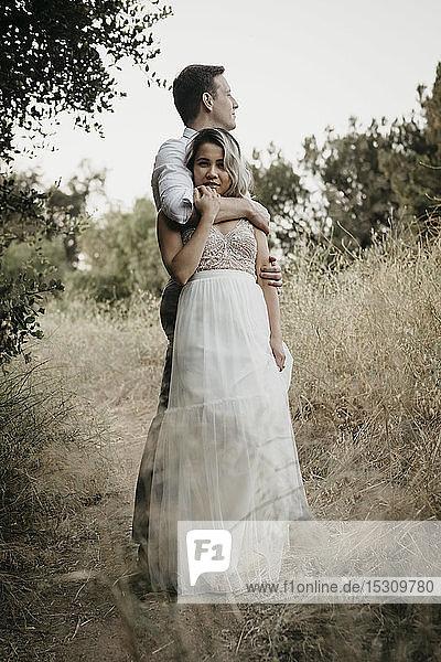 Liebevolle Braut und Bräutigam auf dem Land