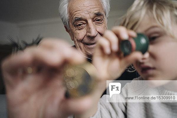 Uhrmacher und sein Enkel prüfen gemeinsam die Uhr