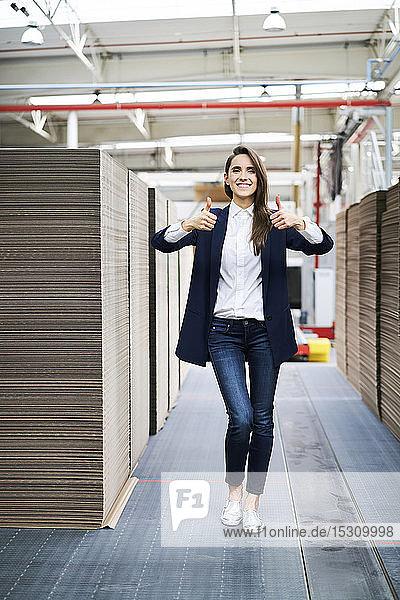 Porträt einer glücklichen Geschäftsfrau im Fabriklager