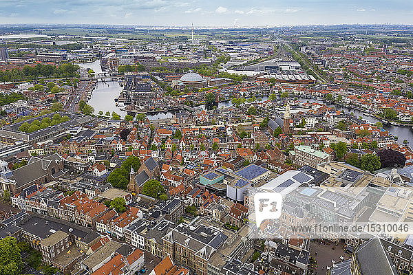 Luftaufnahme der Stadtlandschaft von Haarlem gegen den Himmel