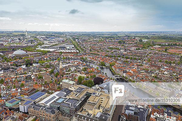 Luftaufnahme der Stadt Leiden gegen den Himmel