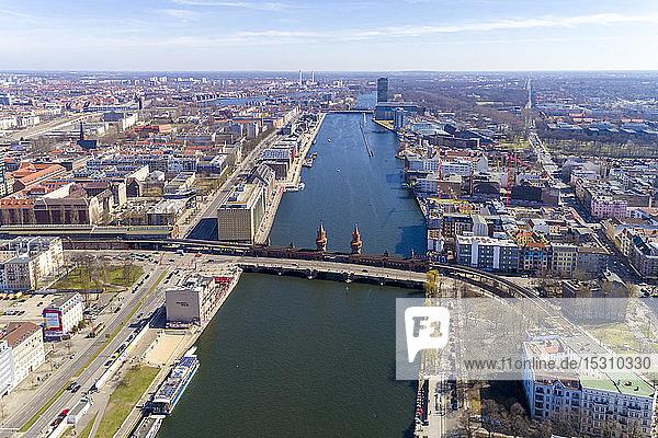 Hochwinkelansicht der Oberbaumbrücke über den Fluss in der Stadt