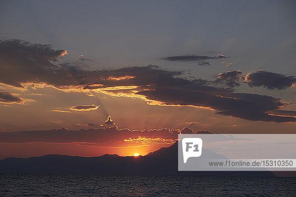 Griechenland  Chalkidiki  Meer und Berg Athos bei Sonnenaufgang