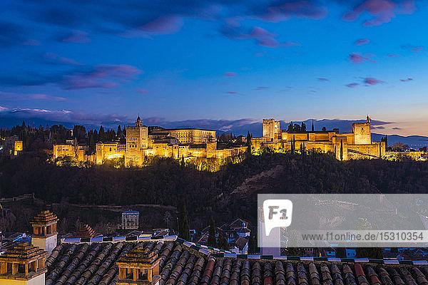 Blick auf die Alhambra mit der Sierra Nevada im Hintergrund bei Sonnenuntergang  Granada  Spanien