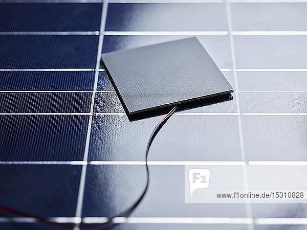 Siliziumsolarzelle mit Drähten auf Solarpanel