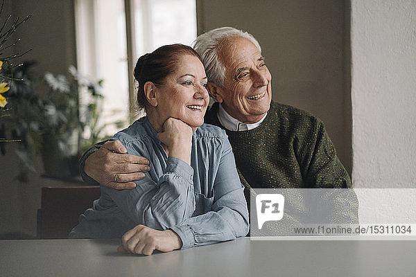 Porträt eines glücklichen älteren Ehepaares zu Hause