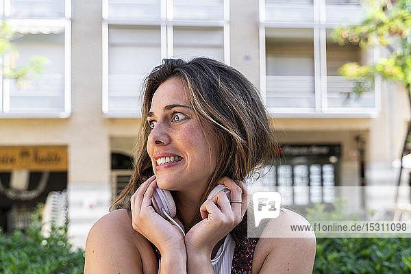 Porträt einer jungen Frau  die Musik hört