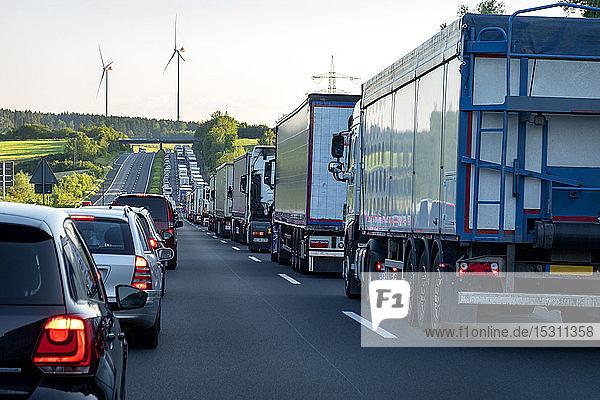 Rettungsspur  Autos und Lastwagen im Stau am Abend  Deutschland