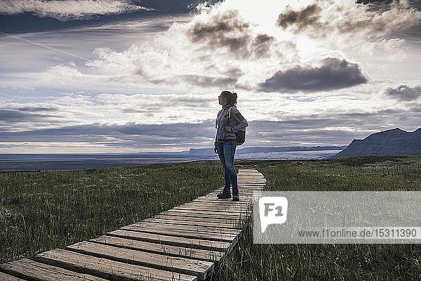 Frau wandert im Skaftafell-Nationalpark  Island