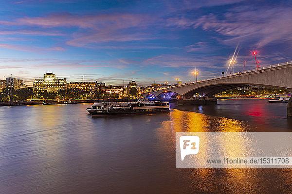 Skyline der Londoner Innenstadt mit Waterloo Bridge   London  UK