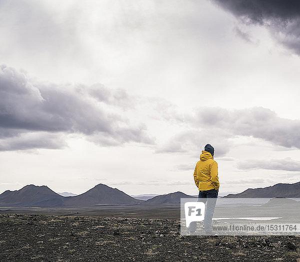Älterer Mann schaut auf Ansicht  Hochlandregion  Island