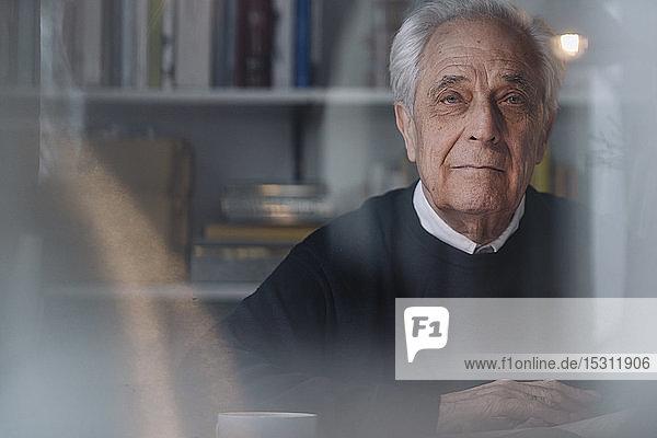 Porträt eines seriösen älteren Mannes zu Hause