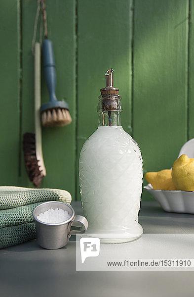 Geschirrflüssigkeit in nostalgischer Glasflasche Geschirrflüssigkeit in nostalgischer Glasflasche
